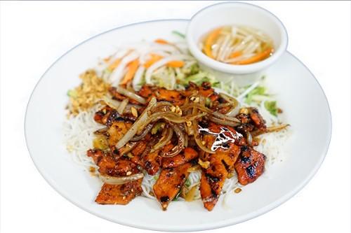 #52-Rice Vermicelli Bowl - Bún bò; gà xào hành và sả